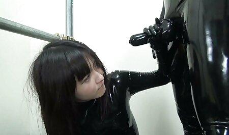 Schlankes schwarzes Babe saugt an einem großen handypornos gratis downloaden Schwanz