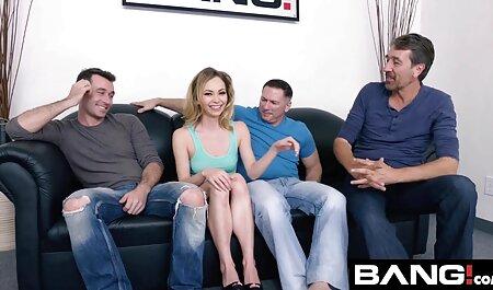 Mann bohrt und fazialisiert sexy Teen pornos zum runterladen im blauen Kleid auf einer Couch