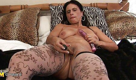 Latina spreizt pornos zum runterladen ihre Beine und saugt Schwanz
